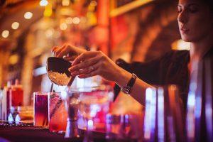 На колко години трябва да сте, за да станете барман?